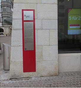 Die Tafel an der Ecke Kronengässchen / Vordergasse - mitten in der Altstadt neben der Kirche St. Johann