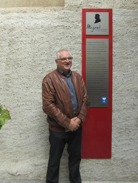 Foto Herr Hans Rudolf Kappeler, Mitglied des Grossen Rates und damaliger Syndic von Prangins, brachte die erste Mozartstele in die Westschweiz