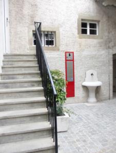 Photo La plaque commémorative est située dans la cour de la Maison de Ville, Grand Rue 65