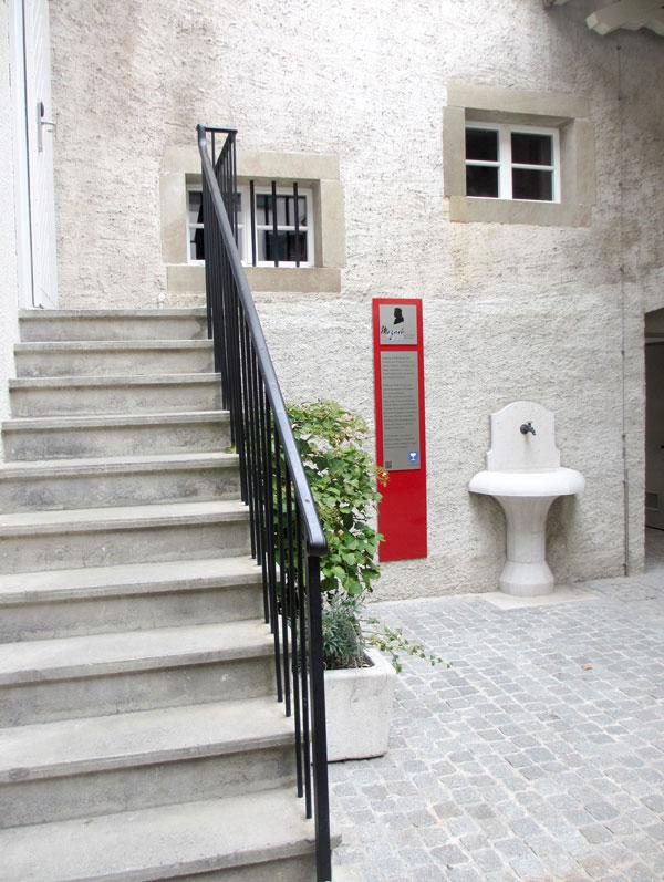 Foto Die Tafel im Innenhof des Maison de Ville an der Grand Rue 65