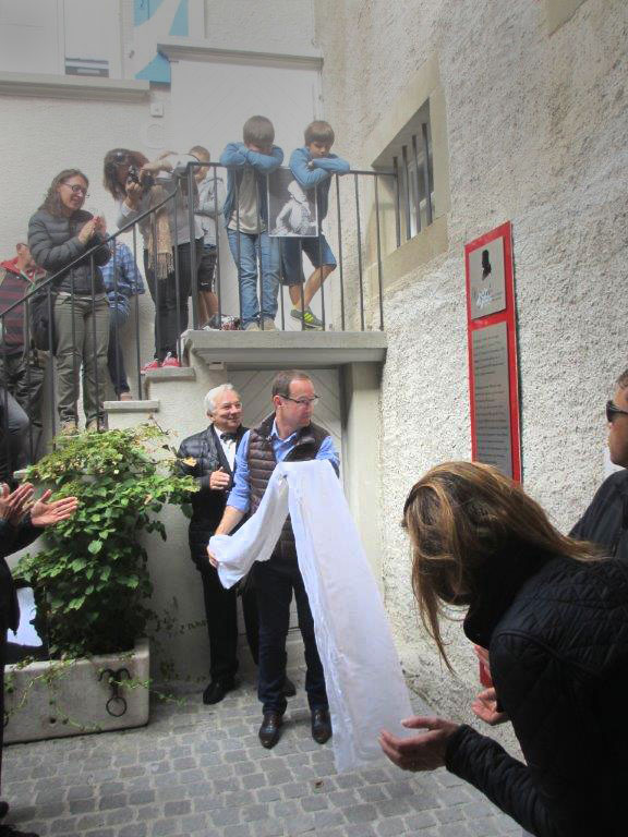 Foto Monsieur le Syndic Gérard Produit beim Enthüllen der Tafel