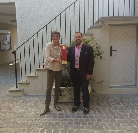 Photo Monsieur le Syndic Vincent Jaques de Morges apporte la petite stèle itinérante à Coppet et la remet à Madame la Municipale, Isabelle Naville