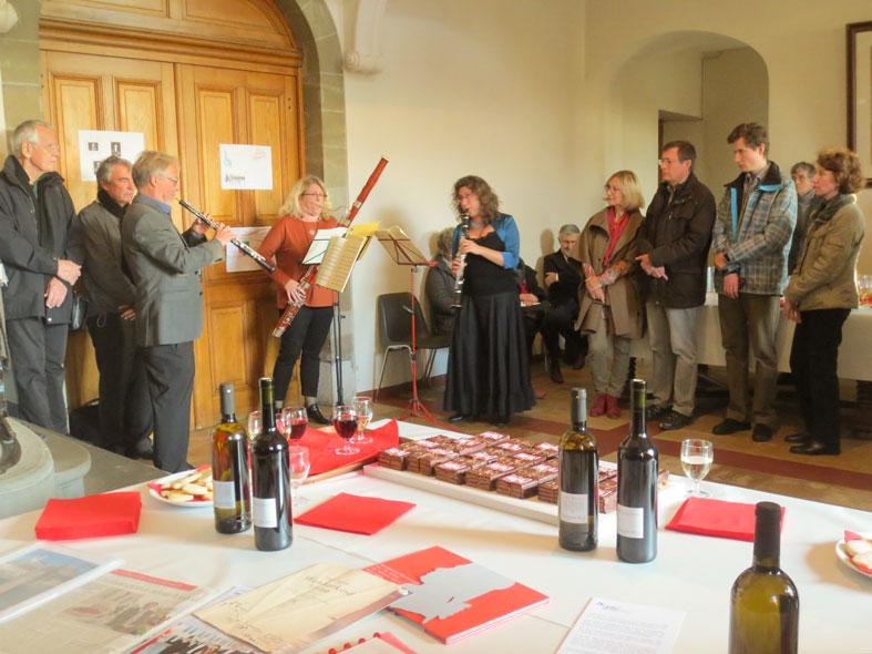Photo Roland Perrenoud (hautbois), Anat Kolodny (clarinette) et Céleste-Marie Roy (basson) jouent le KV 439 de Mozart. Sur la table l'apéro avec du vin crée en l'honneur de Mozart (voir page Liens)