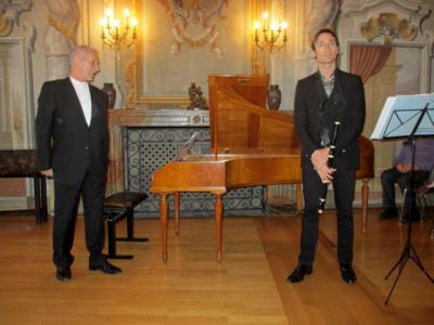 Photo Benjamin Goffette (flûte traversière) und Michel Kiener (piano forte historique) dans la salle de concert au château