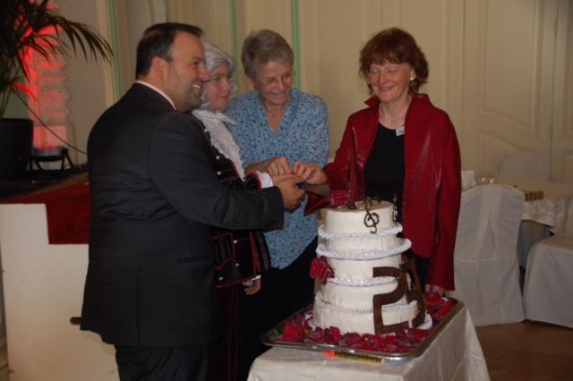 Foto Süsser Abschluss des Festtages. Syndic Vincent Jaques, «Wolferl», die Staatsrätin Anne-Catherine Lyon und Christina Kunz mit der Mozart-Jubiläumstorte