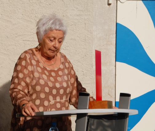 Foto Laure Bovy überbringt die Wünsche und die Wanderstele aus Dardagny