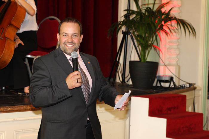 Foto Vincent Jaques, Syndic von Morges, begrüsst die Gäste im Festsaal des Casinos