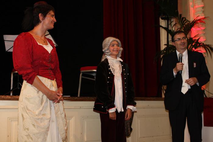 Foto «Wolferl» nimmt den Applaus entgegen, hier mit Christine Girod, Kommunikation und Wolfgang Amadeus Bruelhart, Mitglied des Komitees