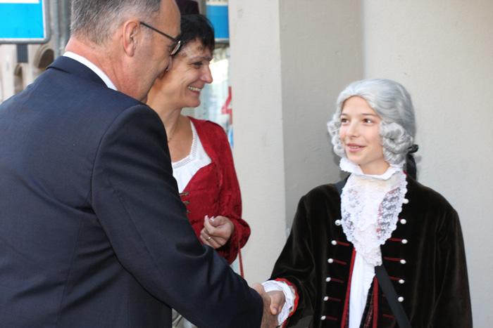 Foto Zum Empfangskomitee gehören auch Christine Girod, Kommunikation und «Wolferl», hier bei der Begrüssung von Bundesrat Guy Parmelin