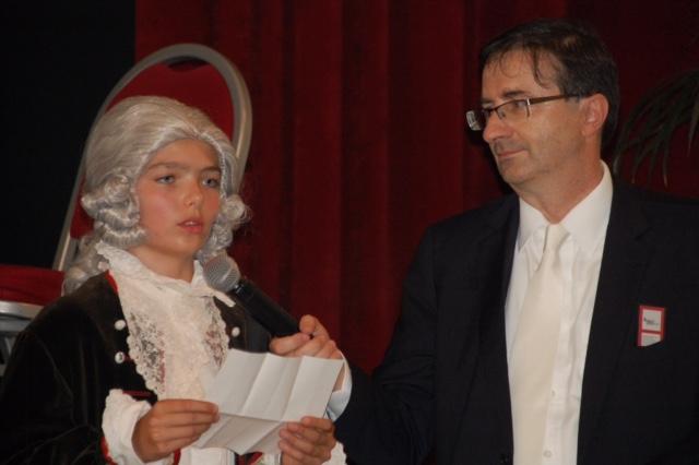Foto «Wolferl» liest aus einem seiner Briefe, rechts im Bild Wolfgang Amadeus Bruelhart, Mitglied des Komitees