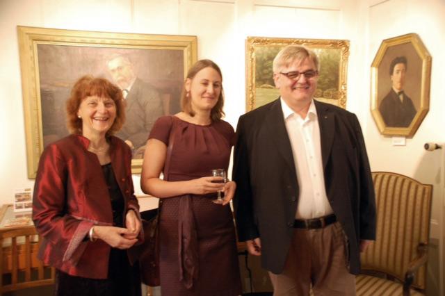 Martina Hermann (Mitte), Direktorin des Kulturforums der Österreichischen Botschaft mit dem Aarburger Gemeindeammann Hans-Ueli Schär und Christina Kunz beim Apéro nach dem Konzert
