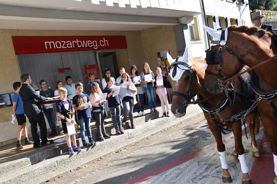 """Foto Auch die Pferde sind schon """"ganz Ohr"""", gleich werden die Kinder ihre Lieder vortragen, Photo: Patrick Furrer"""
