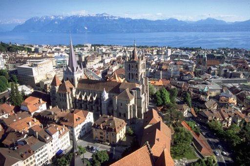 Foto Blick auf die Altstadt von Lausanne, wo sich an der Rue de la Grotte 2, wenige Gehminuten oberhalb des Bahnhofs, im Gebäude der Haute Ecole de Musique (HEMU) die Mozartstele befindet