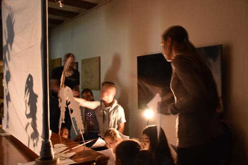 Foto Blick hinter die Kulissen des Schattentheaters, Photo: Patrick Furrer