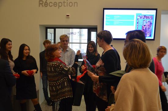 Photo Christina Kunz en conversation avec des étudiants