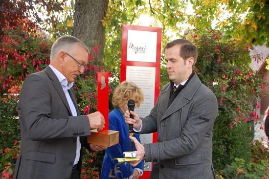 Foto Der Oltner Parlamentspräsident Matthias Borner übergibt die Wanderstele an den Andelfinger Gemeindepräsidenten Hansruedi Jucker