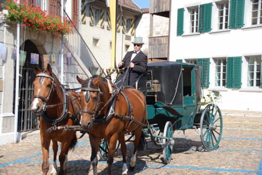 Foto Noch im Trab: Paloma und Fiona sind am Sonntagmorgen soeben mit Kutscher und Kutsche im Städtli angekommen