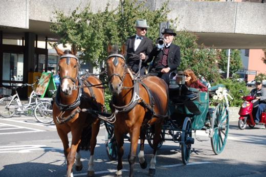 Foto  Die Kutsche trifft mit Fanfaren in Olten ein
