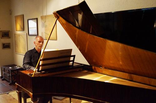 Foto Michael Kiener spielt auf dem historisch gebauten Fortepiano von Christopher Clarke, Cluny 1991, nach Anton Walter, 1752-1826, Wien