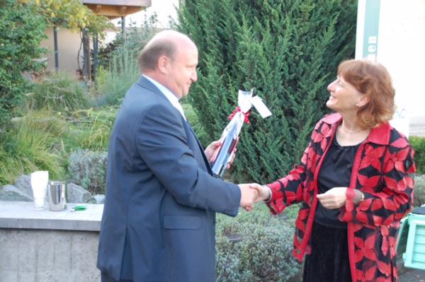 Foto Christina Kunz bedankt sich beim Gemeindepräsidenten Peter Hodel für den Empfang in Schönenwerd
