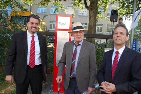 Peter Nardo (r.), Leiter Geschäftsstelle und Rolf Jäggi, Leiter Anlagekunden Bank Coop AG (heute: Bank Cler AG) Olten zusammen mit Hans Hohler (Mitte). Das Stelenfundament wurde von der Bank Coop Olten gesponsert, die Stele von Hans Hohler gestiftet
