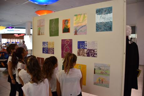 Foto Vielfältig gestaltete Zeichnungen von Aarburger Schulkindern ziehen die Blicke auf sich, Photo: Patrick Furrer