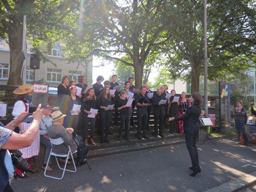 Photo Le chœur de la Kantonsschule Olten, dirigé par Sarah Giger, ouvre les festivités d'inauguration