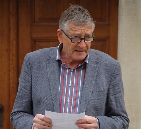 Foto Der Schleitheimer Gemeindepräsident Hans Rudolf Stamm bei seiner Ansprache