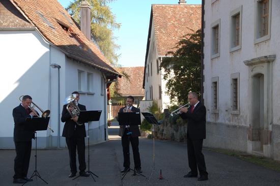 Foto Mit einem vielfältigen musikalischen Programm gestaltet das Bläserensemble aus Schleitheim die Verabschiedung der «Familie Mozart»