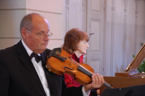 Foto ... wird begleitet von Matthias Steiner, Violine, und Christina Kunz, Cembalo