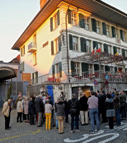 Ausführungen zur Reise Mozarts. Vor dem Eingang zum Kreuz-Keller Hans Rudolf Bähler, Gemeinderat und Präsident der Kulturkommission