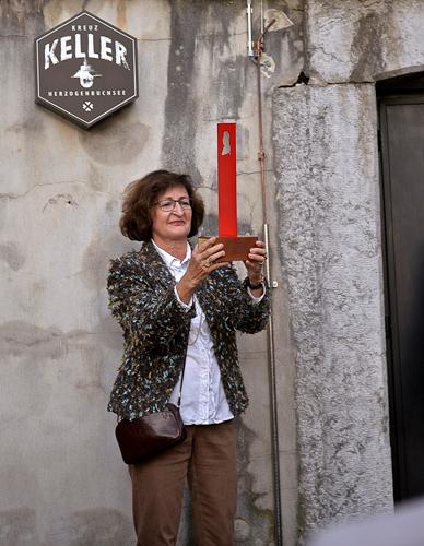 Frau Regula Wirth, Vizepräsidentin der Kulturkommission nimmt die Wanderstele in Empfang