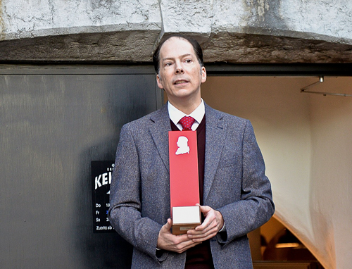 Harald von Arx, Dozent an der Haute école de Musique (HEMU) in Lausanne und Vorstandsmitglied des Vereins überbringt die Wanderstele aus Lausanne