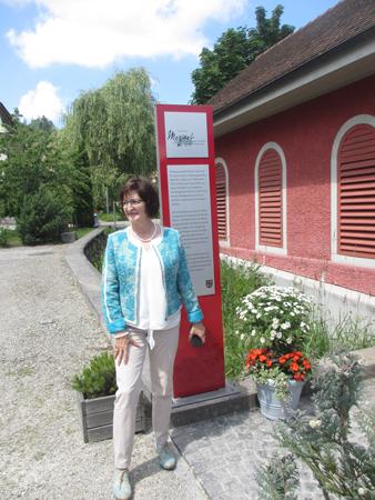 Regula Wirth, Vizepräsidentin der Kulturkommission Herzogenbuchsee, überbringt die Wanderstele