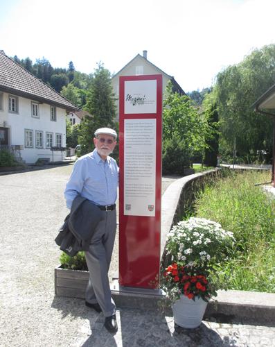 Die Spreitenbacher Mozartstele ist dem Komponisten und Violonisten Honorat Cotteli (1941-2014) gewidmet. Im Bild: Honorat Cottelis Freund Ueli Ganz